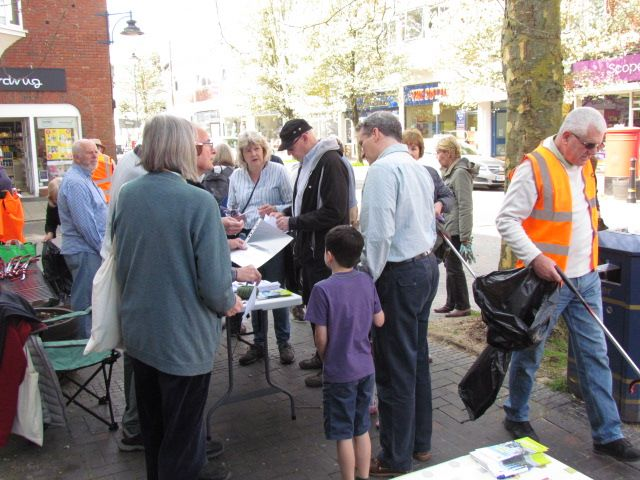 More volunteers including our MP Damian Hinds who, with his children, came to help.